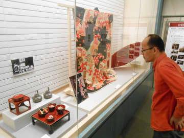 婚礼のコーナーでは再現された祝い膳や花嫁衣装などが並ぶ=大和市のつる舞の里歴史資料館