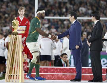 ラグビーW杯日本大会で優勝し、表彰式で秋篠宮さま、安倍首相から祝福を受ける南アフリカのコリシ主将(左)=2日夜、日産スタジアム