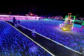 試験点灯で幻想的な光に包まれた「ミライエ」会場=11月2日夜、福井県敦賀市金ケ崎緑地