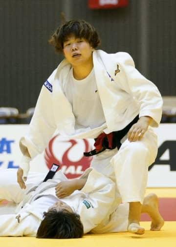 【女子78キロ級決勝】和田梨乃子(下)に一本勝ちした梅木真美=千葉ポートアリーナ
