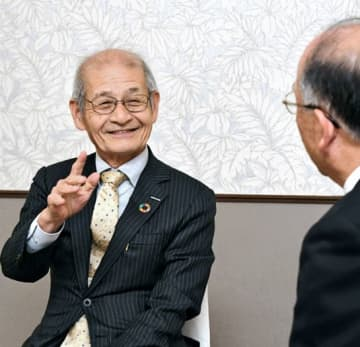 本県の産業発展に期待を寄せる吉野氏(左)