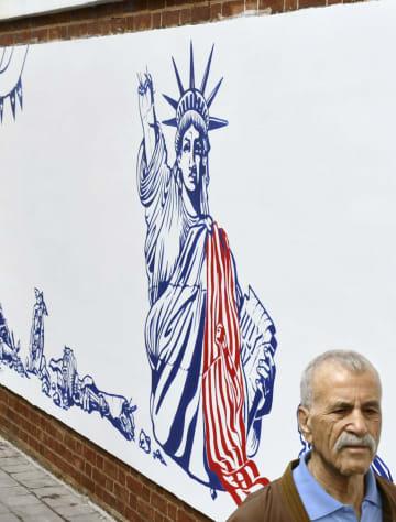イラン・テヘランの旧米国大使館で公開された壁画。ニューヨークの「自由の女神」像は、たいまつを握った右手が折れた状態で描かれた=2日(共同)