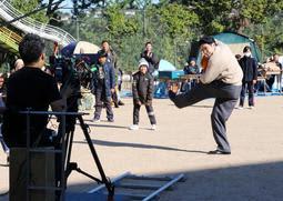 市民らのエキストラも参加して行われたドラマの撮影=長田区雲雀ケ丘1