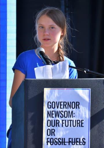 米ロサンゼルスでの環境保護デモで、参加者を前に演説するグレタ・トゥンベリさん=1日(UPI=共同)