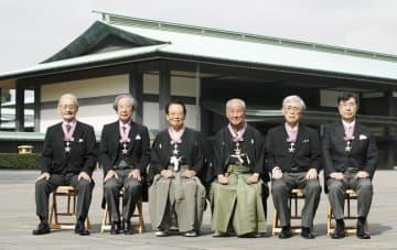 文化勲章の親授式を終え、記念写真に納まる(左から)吉野彰さん、甘利俊一さん、田沼武能さん、野村萬さん、佐々木毅さん、坂口志文さん=3日午前、宮殿・東庭