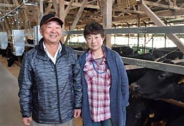 最優秀賞獲得を喜ぶ坂田さん(左)と妻・文子さん=2日、東北町
