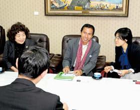 室蘭の印象や若者同士の交流について展望を語るバンタイさん(中央)