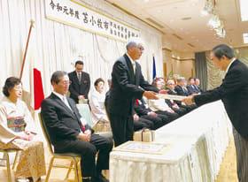 岩倉市長から表彰状を受け取る受賞者