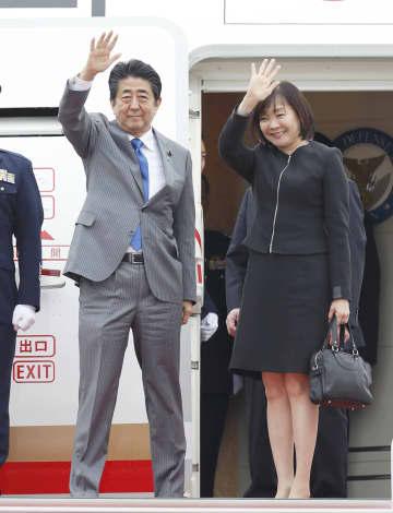 ASEAN関連首脳会議などへの出席のため、バンコクに向けて出発する安倍首相(左)と昭恵夫人=3日午後、羽田空港