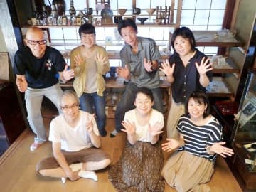 福井県若狭町以西の伝統工芸の職人らでつくる「若狭の空と海とものづくり」のメンバー=10月7日、福井県若狭町熊川