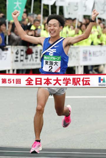 1位でゴールする東海大のアンカー・名取燎太。16年ぶり2度目の優勝を果たした=伊勢神宮