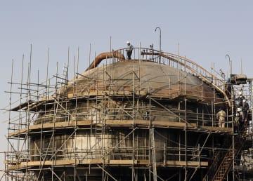 サウジアラムコの石油施設=9月20日、サウジアラビア東部アブカイク(AP=共同)