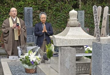 坂本堤弁護士一家殺害事件から30年を前に営まれた法要で、手を合わせる小島周一弁護士(右)=3日、神奈川県鎌倉市