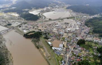 台風19号の影響で浸水し、水に漬かった宮城県丸森町。左は阿武隈川=10月14日(共同通信社ヘリから)