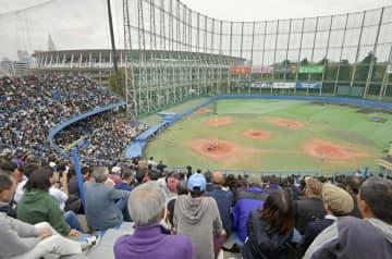 東京五輪・パラリンピックによる再開発に伴い解体される神宮第二球場で行われた、同球場での高校野球最後の試合に詰めかけた人たち。左奥は新国立競技場=3日午後、東京都新宿区