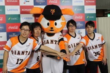 「eBASEBALL プロリーグ」初戦をサヨナラ勝利で飾った巨人・坂東秀憲(左端)【写真:編集部】