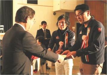 表彰状を受け取る石井委員長(右)ら