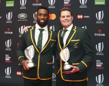 ワールドラグビーの年間表彰式で最優秀チームに選ばれた南アフリカのコリシ主将(左)と最優秀監督賞も受賞したエラスムス監督=3日、東京都内(ワールドラグビー提供・ゲッティ=共同)