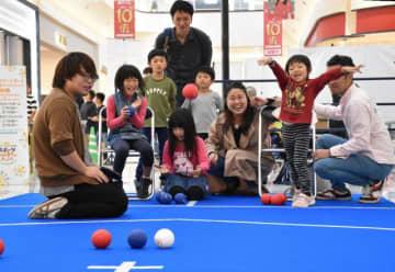 東京五輪・パラリンピックの競技体験で、ボッチャに挑戦する参加者=3日午後、宮崎市・イオンモール宮崎