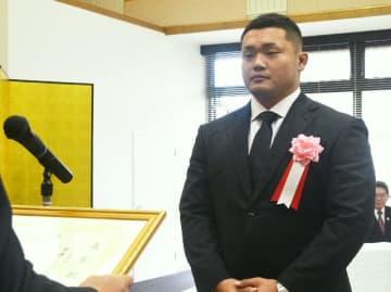 文化の日の功労表彰を受ける木津悠輔選手=3日、由布市役所