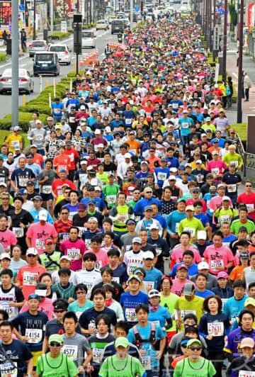 1万5244人が参加したぐんまマラソン=前橋市上小出町