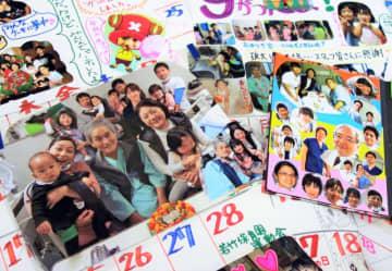 心臓移植を待つ安里猛さんの病室には、家族や医療スタッフが代わる代わる訪れた。孫たちの写真で飾った手作りカレンダーも張られ、闘病生活を支え続けた