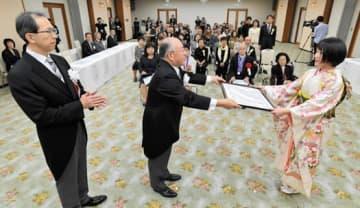 高橋社長(中央)と内堀知事(左)から県文学賞小説・ドラマ部門正賞の表彰を受ける服部さん(右)