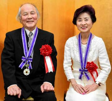 県文化功労賞を受けた須藤さん(左)と三宅さん
