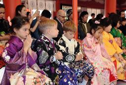 晴れ着に身を包んで神事に参加する子どもら=神戸市中央区下山手通1