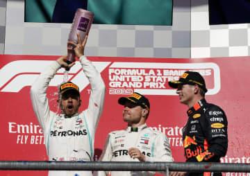 自動車のF1米国GPで3位となったフェルスタッペン(右)、優勝したボッタス(中央)、総合優勝を決めたハミルトン=オースティン(AP=共同)