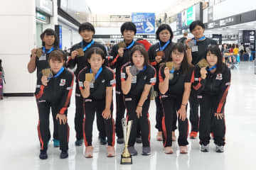 全選手がメダルを持ってハンガリーから帰国した女子チーム