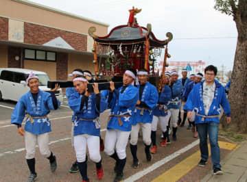 「わっしょい」と声を上げ、神輿を担ぐ大崎高野球部員=西海市大島町