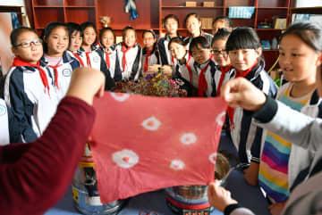 刺繍や草木染め等を体験 伝統文化に触れる子供たち 山東省