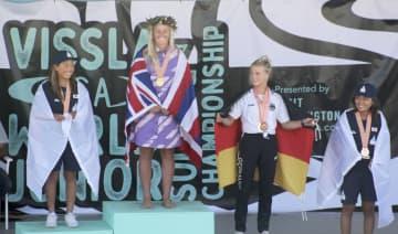 サーフィンの世界ジュニア選手権、女子18歳以下の部で2位に入った野中美波(左端)。右端は4位の脇田紗良=米ハンティントンビーチ(共同)