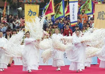 各時代の伝統衣装の姿で華々しく繰り広げられた巡行=3日、大阪市中央区の難波宮跡公園