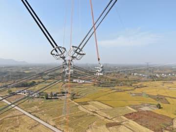 世界初!プラスマイナス1100キロボルトの高圧線で活線作業 安徽省で実施