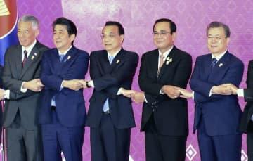 ASEANプラス3首脳会議で記念写真に納まる(左2人目から)安倍首相、中国の李克強首相、タイのプラユット首相、韓国の文在寅大統領ら=4日、バンコク(代表撮影・共同)