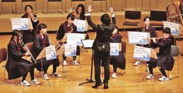 紀南吹奏楽のつどいで演奏する潮岬中学校吹奏楽部(3日、和歌山県串本町串本で)