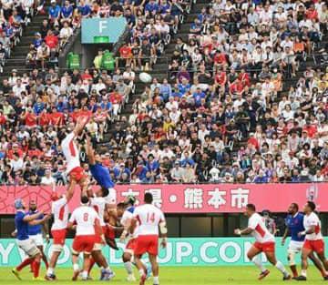 2万8477人の観客が詰め掛けた1次リーグのフランス-トンガ戦=10月6日、熊本市東区のえがお健康スタジアム(上杉勇太)