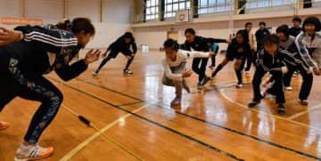 岡崎朋美さんからスピードスケートの体勢を教わる子どもたち