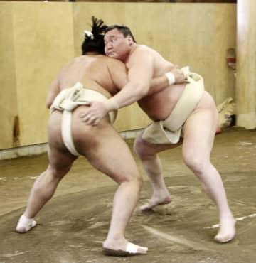 稽古する白鵬。左は阿炎=福岡県篠栗町の宮城野部屋宿舎