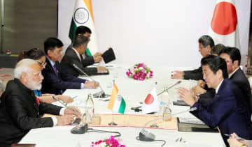 インドのモディ首相(左手前)と会談する安倍首相(右手前)=4日、バンコク郊外(代表撮影・共同)