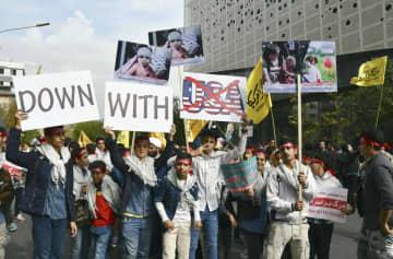 4日、テヘランの旧米国大使館前で開かれた反米集会に参加する若者ら(共同)