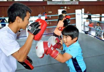 リングで高校生を相手にトレーニングする子どもたち=阿久根市総合運動公園武道館