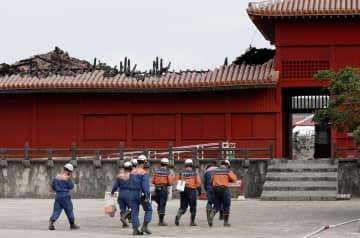 報道陣に公開された首里城の奉神門。北側の屋根が焼け、骨組みのような木材がむき出しになっている=4日午後、那覇市