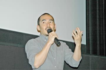 映画祭での「主戦場」上映を前にあいさつするミキ・デザキ監督=麻生区