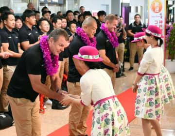 歓迎を受ける神戸製鋼コベルコスティーラーズのデーブ・ディロンヘッドコーチ(左)ら=4日午前、宮崎市・宮崎ブーゲンビリア空港