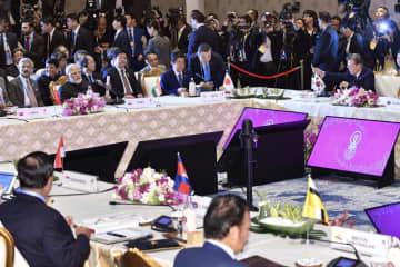 安倍首相(奥中央)らが出席して開かれたRCEP首脳会合=4日、バンコク郊外(共同)