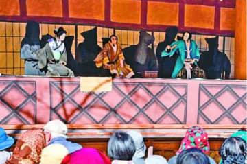 鎌瀬農村舞台で行われた人形浄瑠璃公演=那賀町横石
