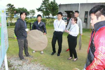 住民と意見を交わす日本文理大の学生ら=日出町大神の糸ケ浜海浜公園
